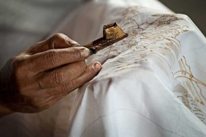 indonesia-batik-textile-worker
